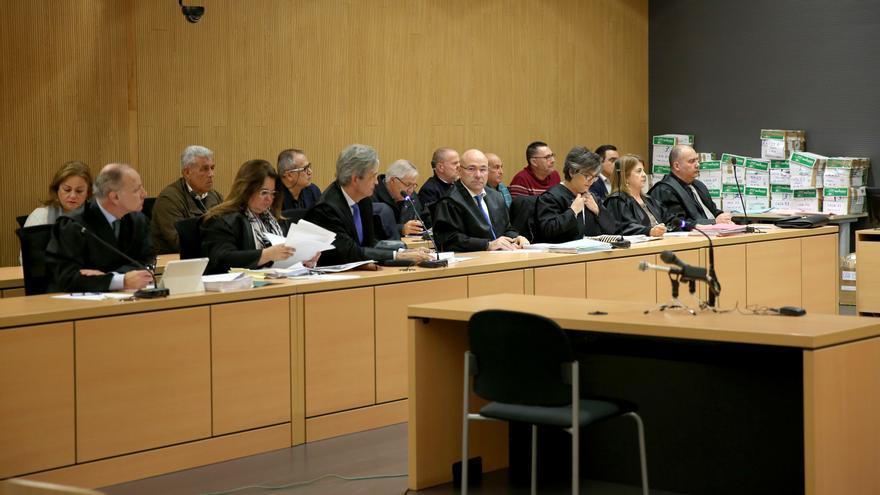 Los acusados del caso Faycán, en la fila posterior, junto a sus abogados, en la fila anterior. (ALEJANDRO RAMOS)