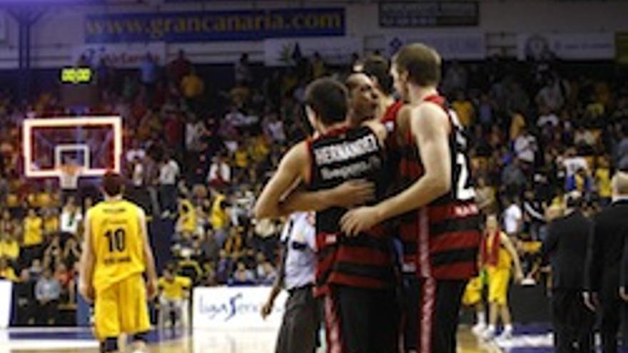 Los jugadores del Manresa celebran el triunfo.