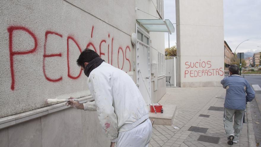 Pintada en la parroquia de Granada del padre Román, acusado de pederastia