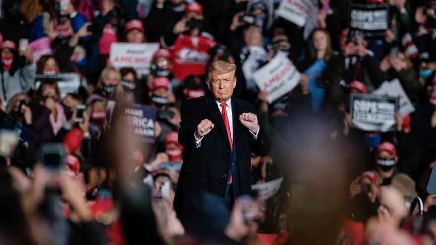 20 de octubre de 2020. El Presidente de Estados Unidos Donald Trump baila durante un mitin de campaña en el aeropuerto internacional de Erie.