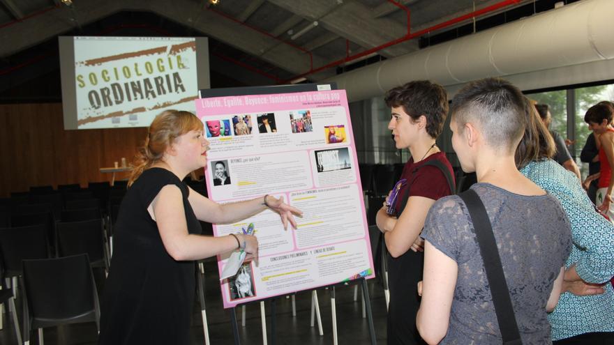 Elena Herrera compartiendo su panel Liberté, Egalité, Beyoncé: feminismos en la cultura pop.