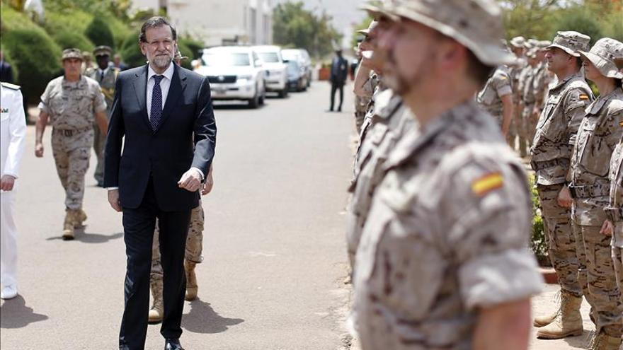 Rajoy visita a los militares y guardias civiles desplegados en Senegal