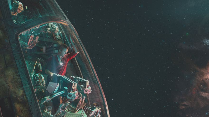Iron Man (Robert Downey Jr.) solo en el espacio