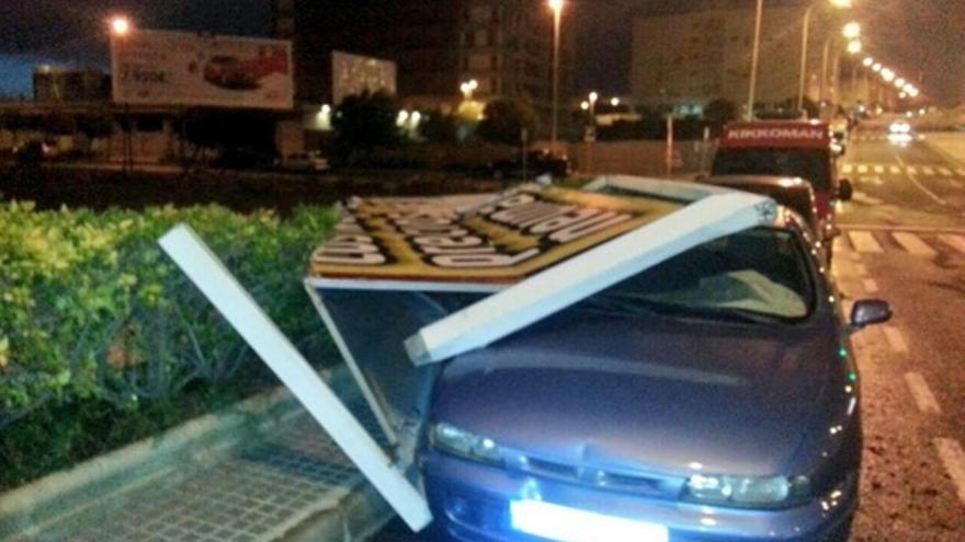 Caída de una valla publicitaria en Las Palmas de Gran Canaria. Foto: @ProteCivilLPA.