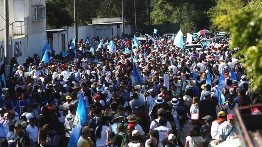 Miles de guatemaltecos inician una caminata para pedir la renuncia del presidente