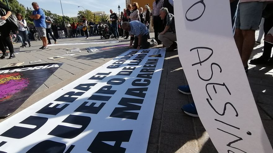 Pancartas en el suelo reclamando la salida del general del templo