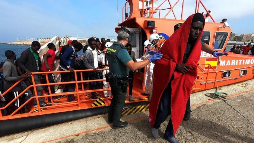 Algunos de las personas de origen subsahariano rescatadas por Salvamento a su llegada al puerto de Tarifa (Cádiz).