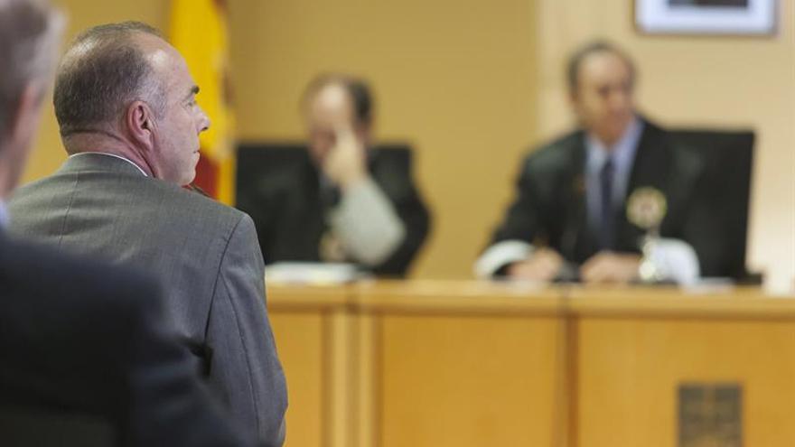 El exalcalde de Santa Cruz de Tenerife Miguel Zerolo (i), durante su declaración en el juicio del denominado caso de Las Teresitas