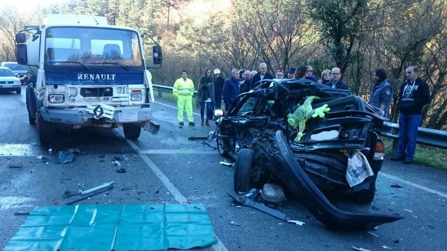 Herida muy grave una mujer tras un accidente entre un coche y un camión en Ruente