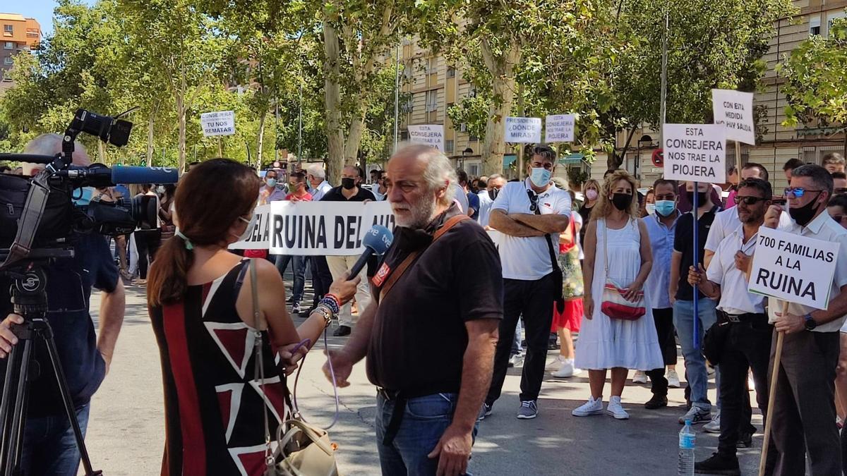Protesta de los trabajadores del transporte escolar en la consejería de Educación