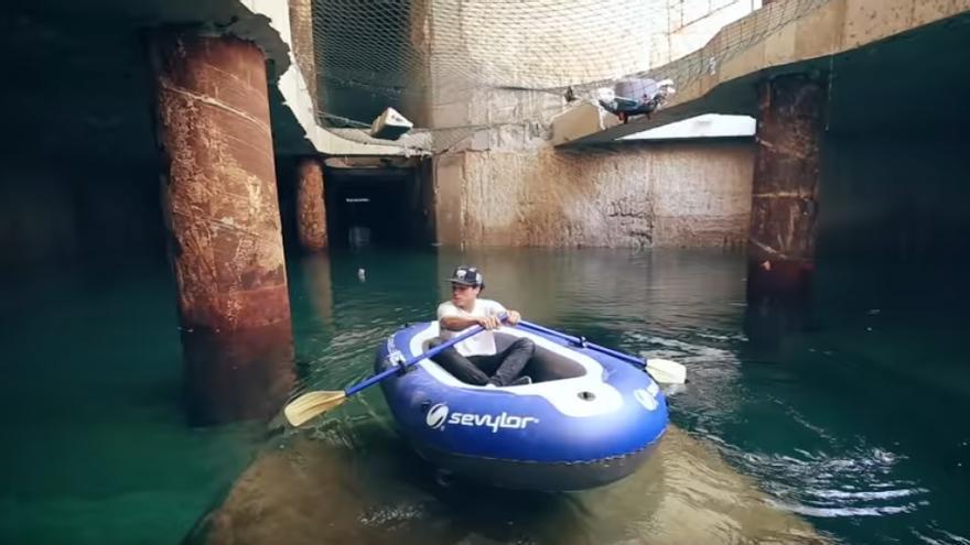 Uno de los youtubers sobre la barca hinchable en el túnel de la línea 10