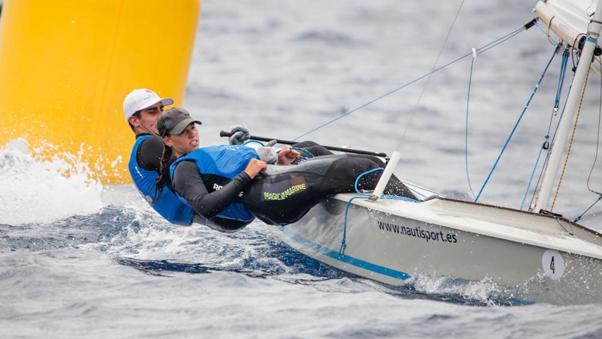 Samuel Beneyto y Margarita Iess navegando.