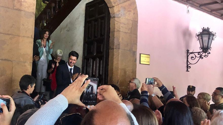 Luis Yeray Gutiérrez, ya proclamado alcalde, se dirige al público que lo espera fuera de las casas consistoriales