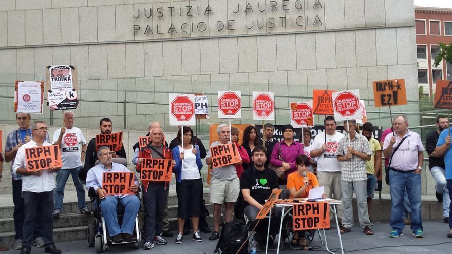 Miembros de la plataforma IRPH Stop Gipuzkoa ante el Juzgado de San Sebastián