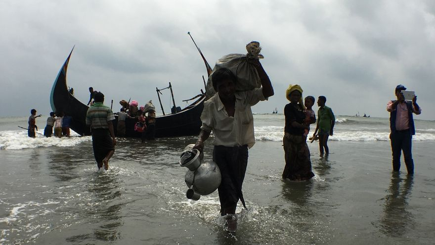 En poco más de una quincena, unas 370.000 personas de etnia rohingya (un 80% de ellas mujeres y niños) se han arriesgado a viajar a Bangladesh desde el estado birmano de Rajine.// Amnistía Internacional