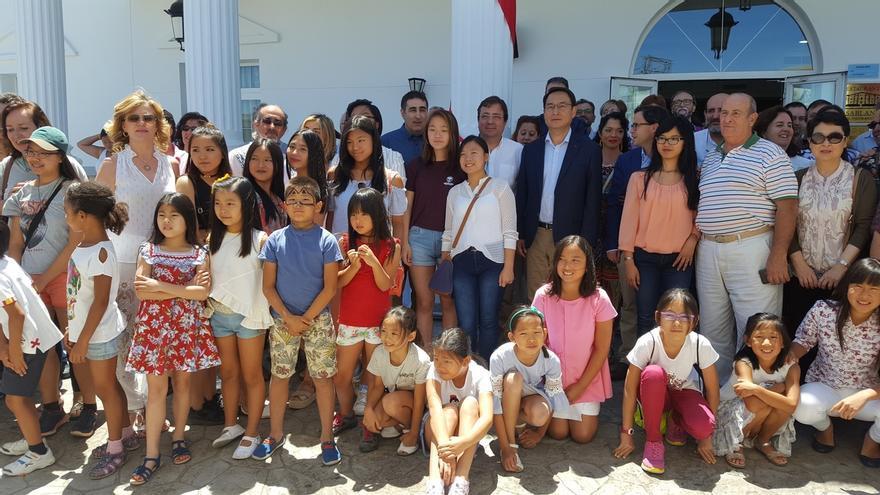 Fernández Vara pone en valor el papel de la familia en el XX Encuentro Nacional de Familias Adoptantes en China