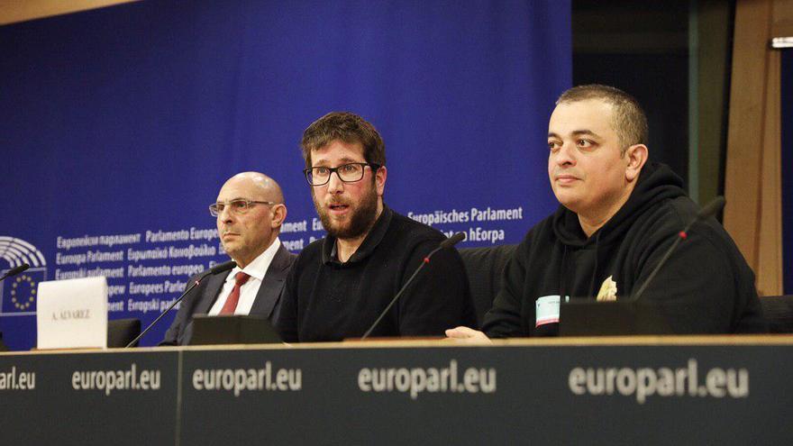 El coordinador de la Plataforma, Alberto Álvarez, y el jurista de la PIT, Elpidio José Silva, en una rueda de prensa junto al eurodiputado y portavoz de Podemos en la Eurocámara, Miguel Urbán