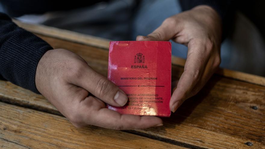 La tarjeta roja que acredita como solicitante de asilo