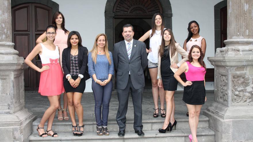 En la imagen, Juan José Cabrera y Marta Poggio con las siete candidatas.
