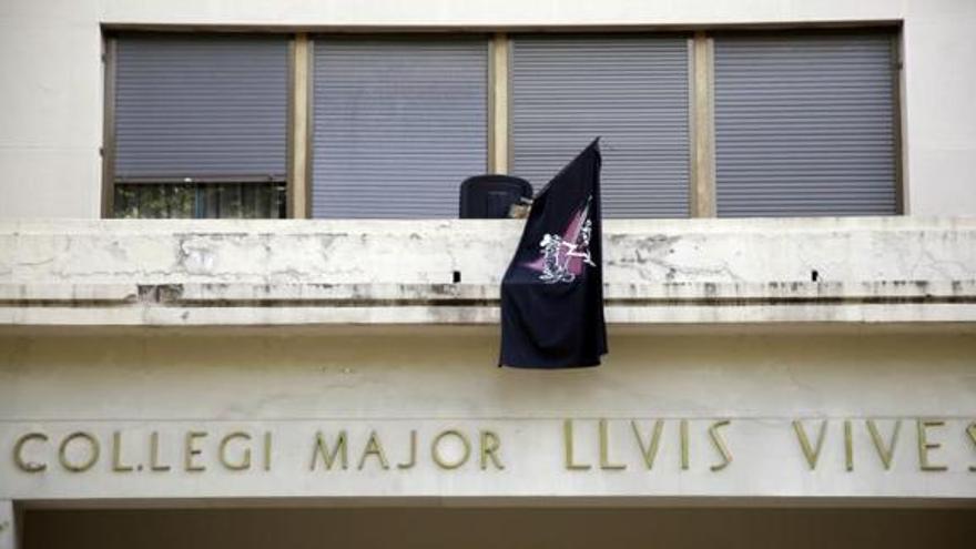 Una bandera colgada por los 'okupas' en el exterior del Colegio Mayor Lluís Vives