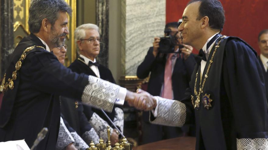 El presidente del CJPJ, Carles Lesmes, saluda a Manuel Marchena durante su toma de posesión como presidente de la Sala de lo Penal del Supremo