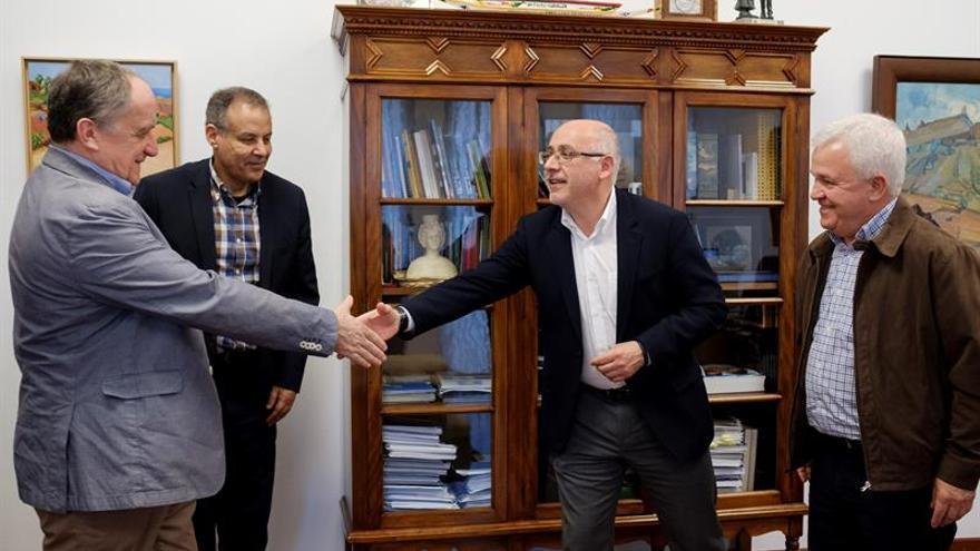 El presidente del Cabildo de Gran Canaria, Antonio Morales, y su consejero de Cooperación Internacional, Carmelo Ramírez, recibieron este viernes al abogado del Frente Polisario, Gilles Devers, y al responsable de relaciones exteriores del Frente Polisario ante la Minurso Mhamed Jadad.