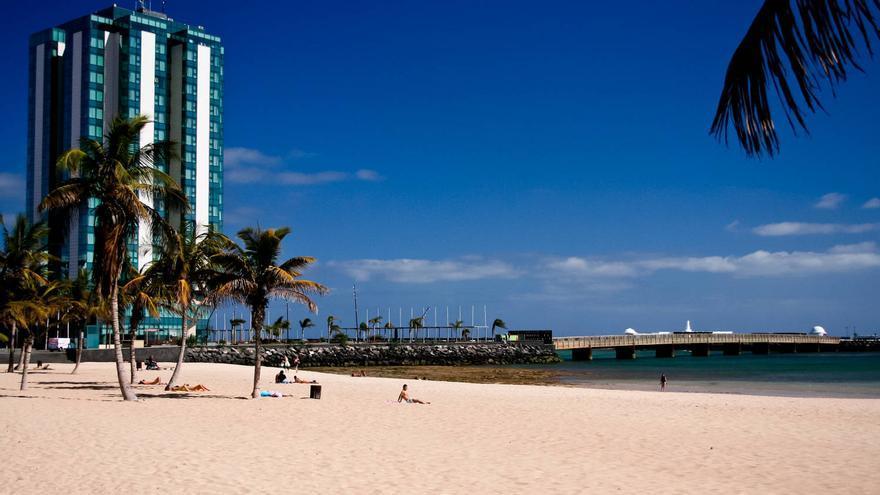 Playa del Reducto, extenso arenal de Arrecife de Lanzarote. VIAJAR AHORA