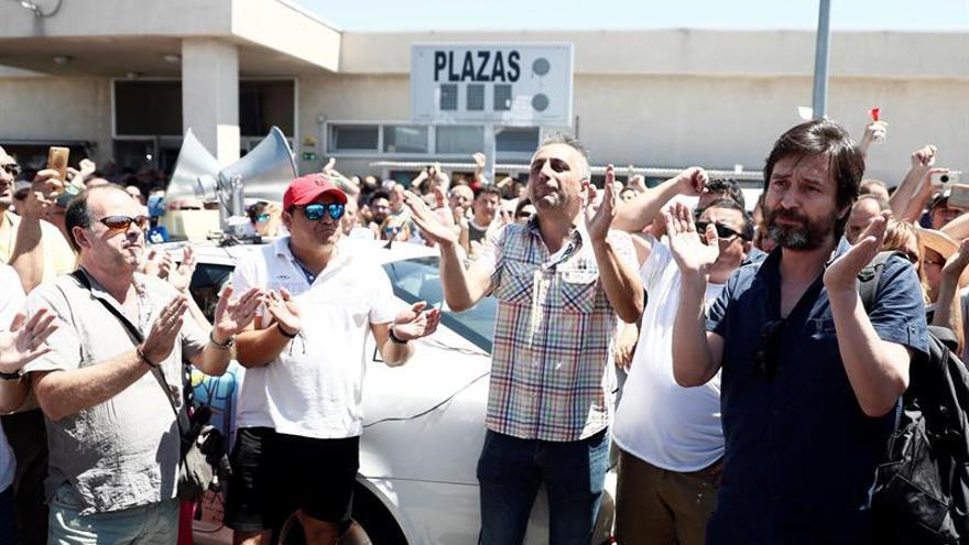 Rafa Mayoral, en una asamblea de taxistas en las inmediaciones del aeropuerto Adolfo Suárez Madrid-Barajas.