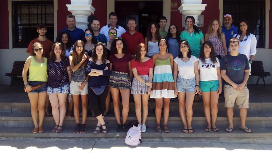 El grupo de jóvenes, con el alcalde de El Paso y el primer teniente alcalde, en el atrio del Ayuntamiento.