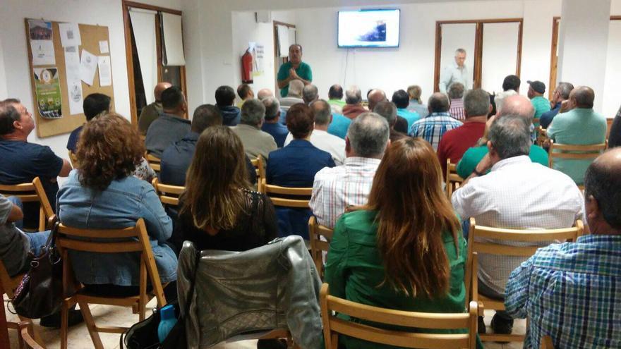 Un momento del encuentro de José Luis Perestelo con los afectados por las lluvias en la zona de Las Manchas.