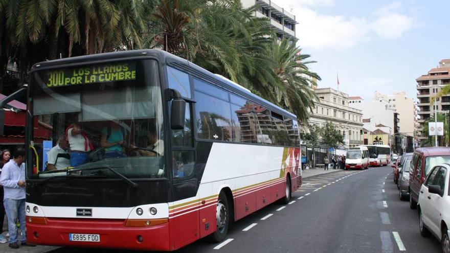 Imagen de una guagua de Transporte Insular La Palma.