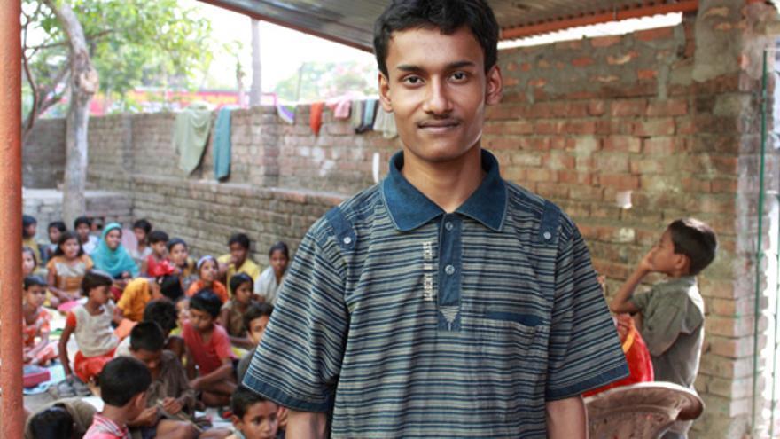 Babar Ali da clases en el patio de su casa a otros niños desde que tenía 9 años de edad