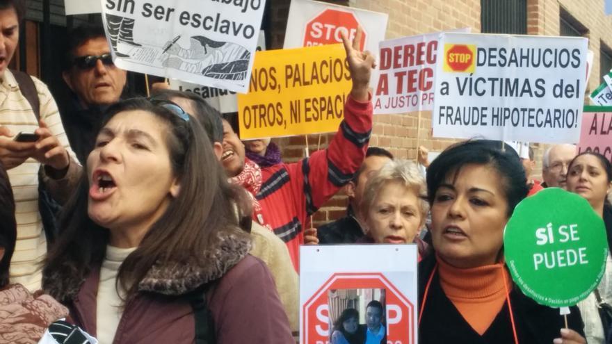 Unas 40 personas se concentran a las puertas del Instituto de la Vivienda de Madrid. / L.O.