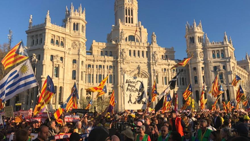 La manifestación en defensa del derecho a la autodeterminación, a su paso por el Ayuntamiento de Madrid