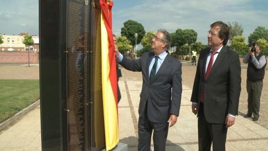 Zoido inaugura en la Escuela de Mérida un memorial a los 332 guardias civiles de Tráfico muertos en acto de servicio
