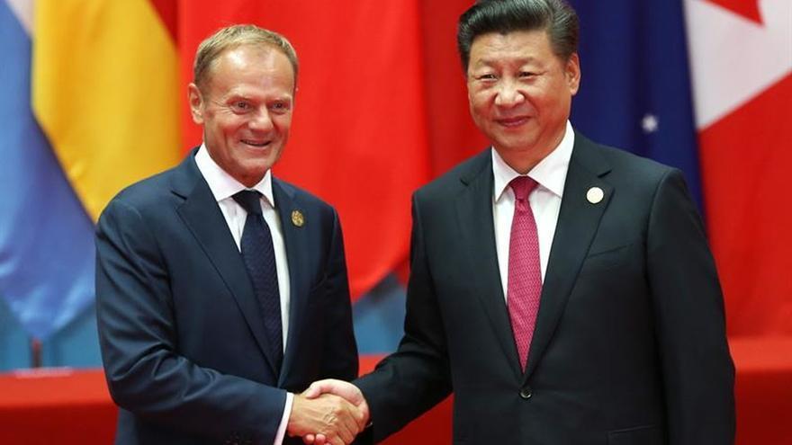 El presidente chino, Xi Jinping (dcha) saluda al presidente del Consejo Europeo, Donald Tusk (izda) en el G20 Hangzhou, China.