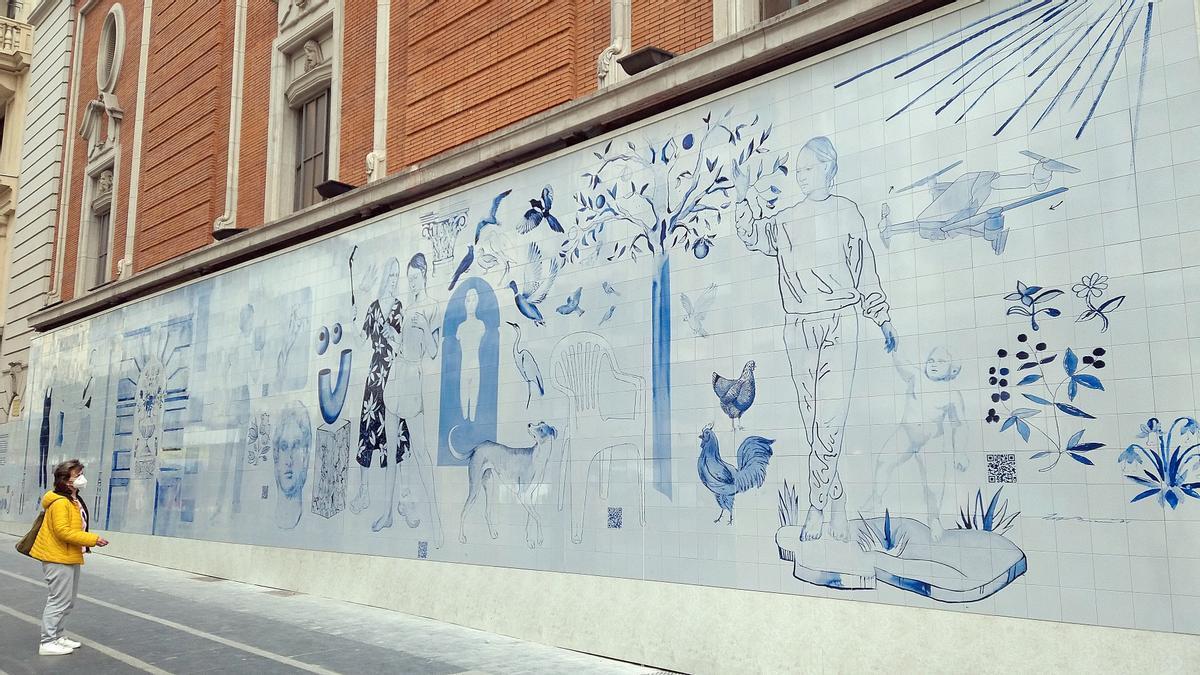 Paseante de Gran Vía contempla el nuevo mural de Los Bravú