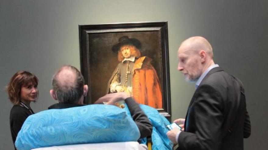 Un enfermo ante un cuadro de Rembrandt en el Rijksmuseum.