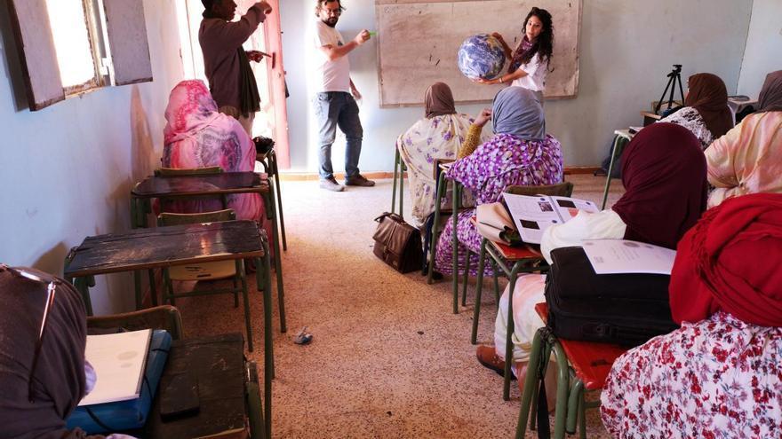 Nayra Rodríguez Eugenio, en una actividad de formación a profesores en los campamentos de Tinduf