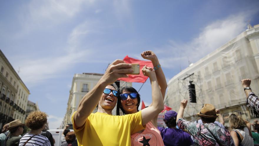 Dos participantes de la manifestación del Primero de Mayo en Madrid se hacen una foto.