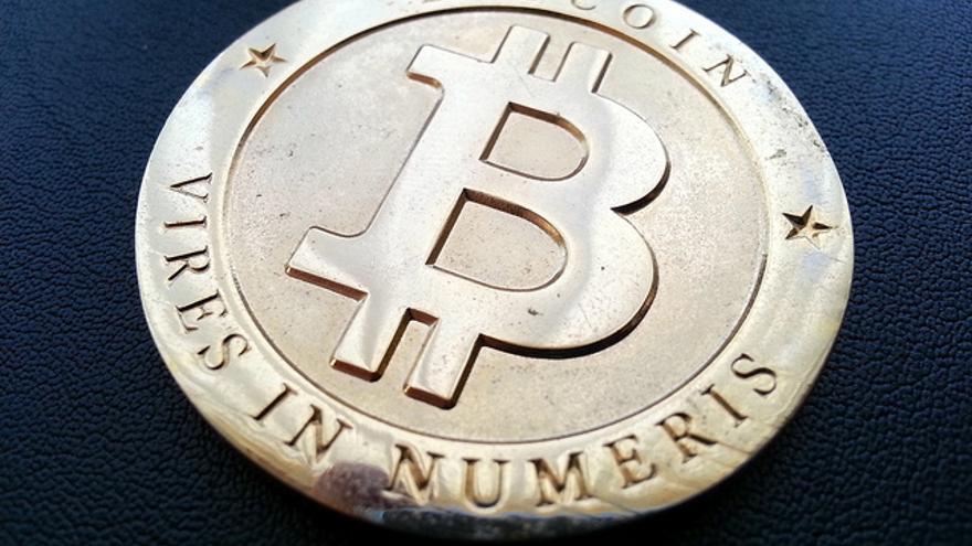 Representación física de una moneda Bitcoin (Foto: Zcopley)