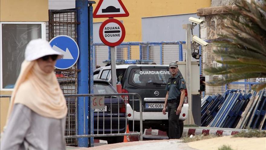 Tres policías heridos en una nueva avalancha en las inmediaciones de la frontera de Ceuta