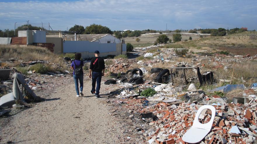 Tres miembros de la asociación vecinal de Ensanche de Vallecas recorren el camino en dirección al río Manzanares.