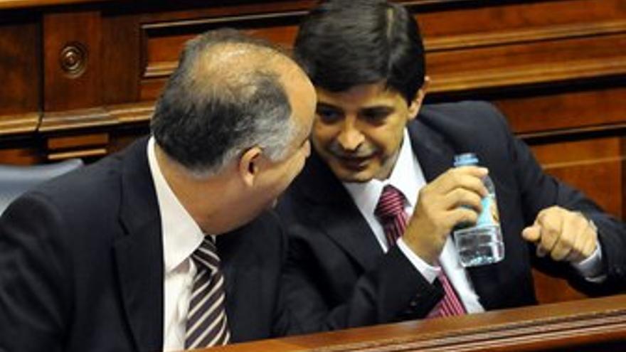 Hernández Spínola habla con González Ortíz este viernes en el Parlamento. (ACFI PRESS)