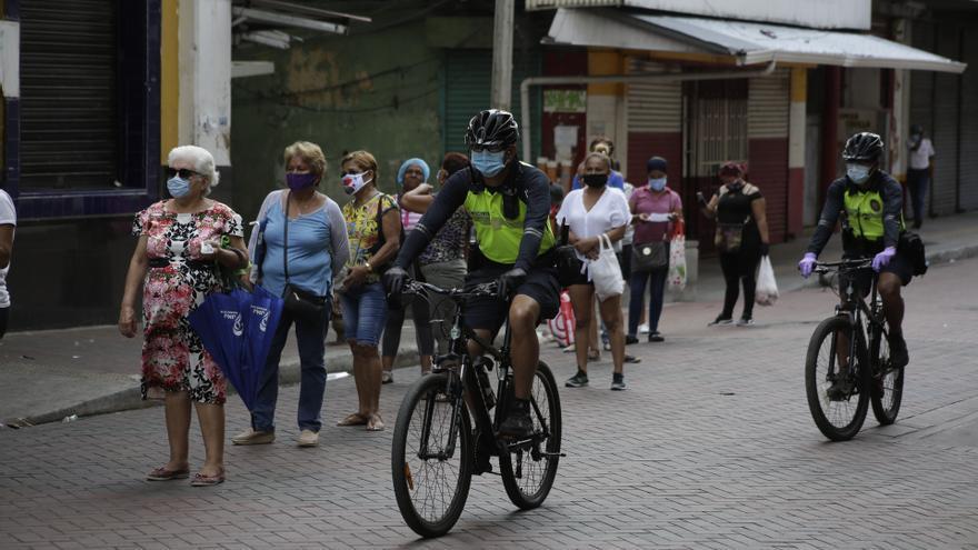 Mujeres hacen cola para comprar alimentos, en el día permitido para que ellas salgan, el pasado lunes 20 de abril en la capital panameña.