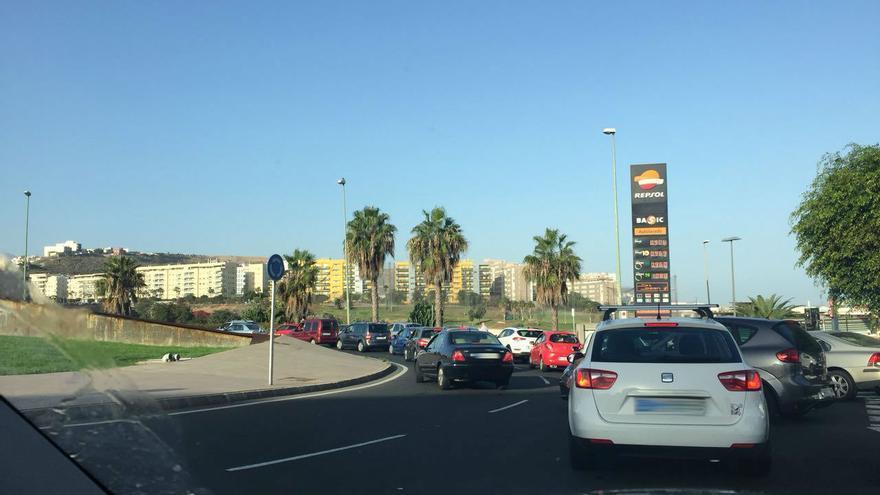 Cola de tráfico que llega hasta la gasolinera Repsol de La Minilla en dirección a la rotonda del Hospital Negrín.