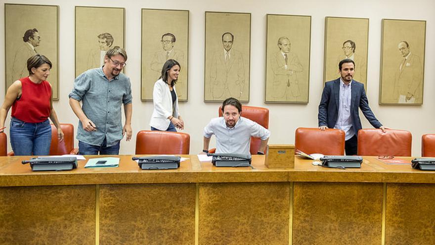 Pablo Iglesias, Alberto Garzón, Irene Montero, Xavier Domènech y Yolanda Díaz, en la Sala Constitucional del Congreso.