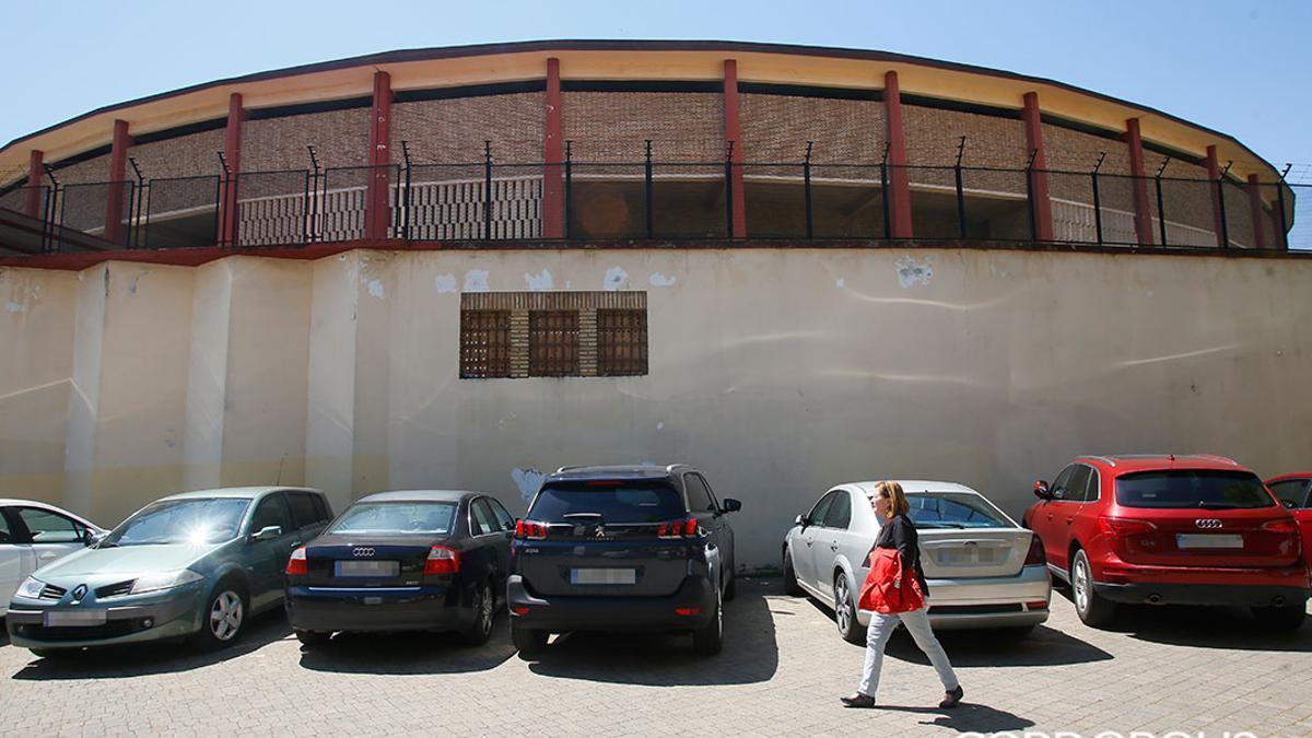 Coches aparcados junto a la Plaza de Toros.
