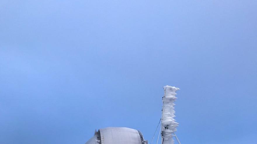 En la imagen, este miércoles, entorno del Gran Telescopio Canarias helado.