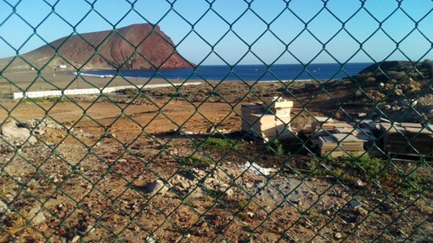 Solar vallado en el que se prevé ubicar el nuevo hotel de cinco estrellas, en el litoral de La Tejita (Granadilla de Abona)